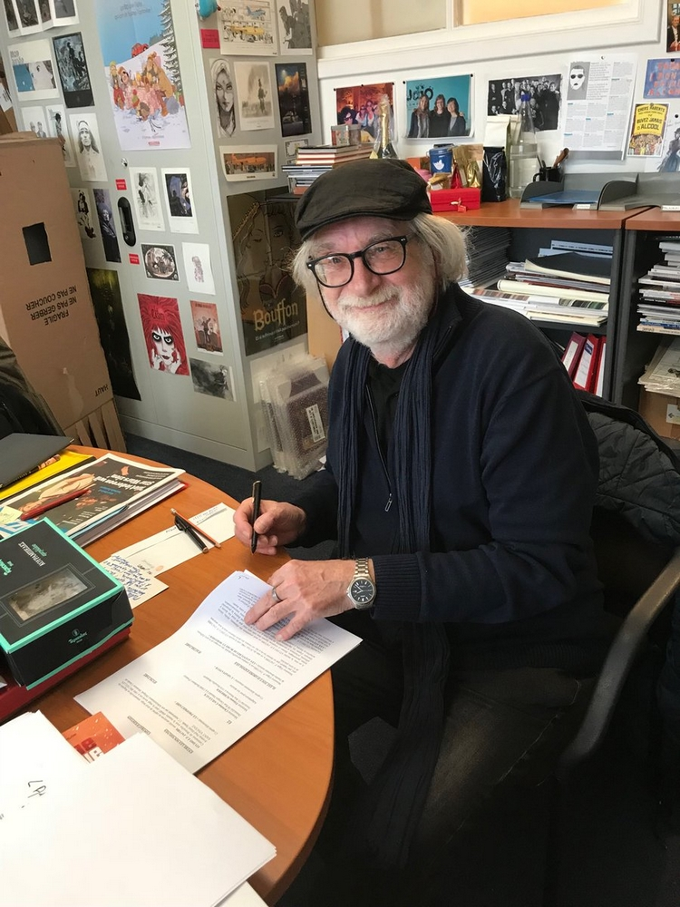 Etienne Schreder signe son contrat pour dessiner son blake et Mortimer centaurclub