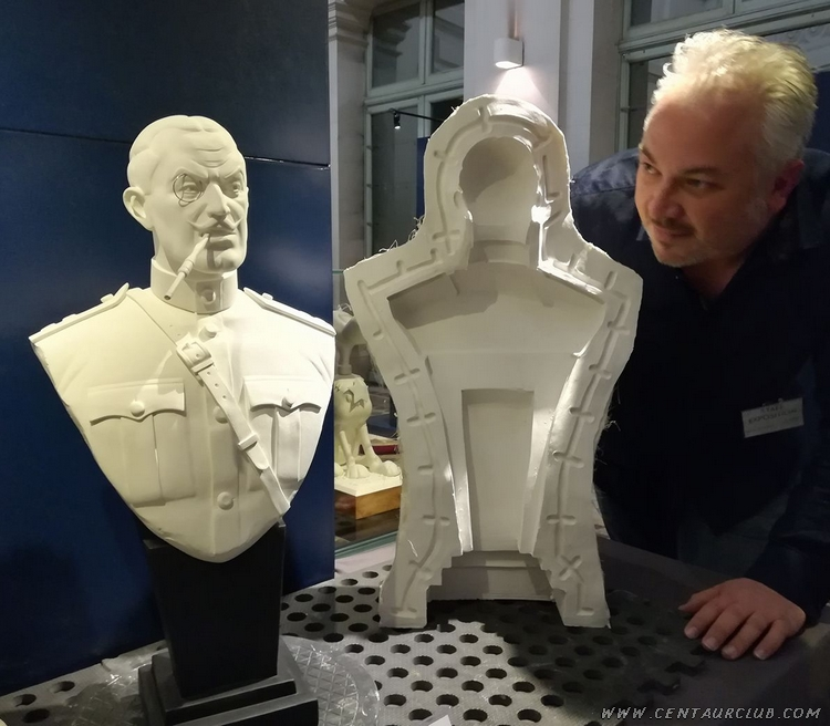 Buste du colonel Olrik avec 1 partie du moules et l'auteur sculpteur Boulesteix. centaurclub